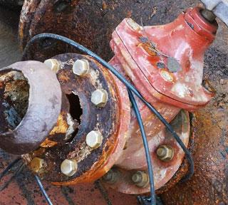 Abwasserdruckleitung mit durchgerostetem Anschlussflansch
