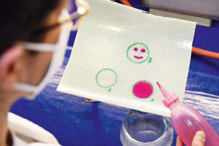 Prüfung einer Schlauchliner-Probe mit roter Flüssigkeit