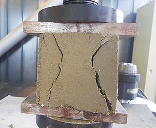Flüssigbodenprobe bei Würfeldruckversuch