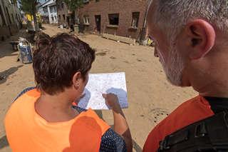 Zwei Personen schauen auf einen Lageplan